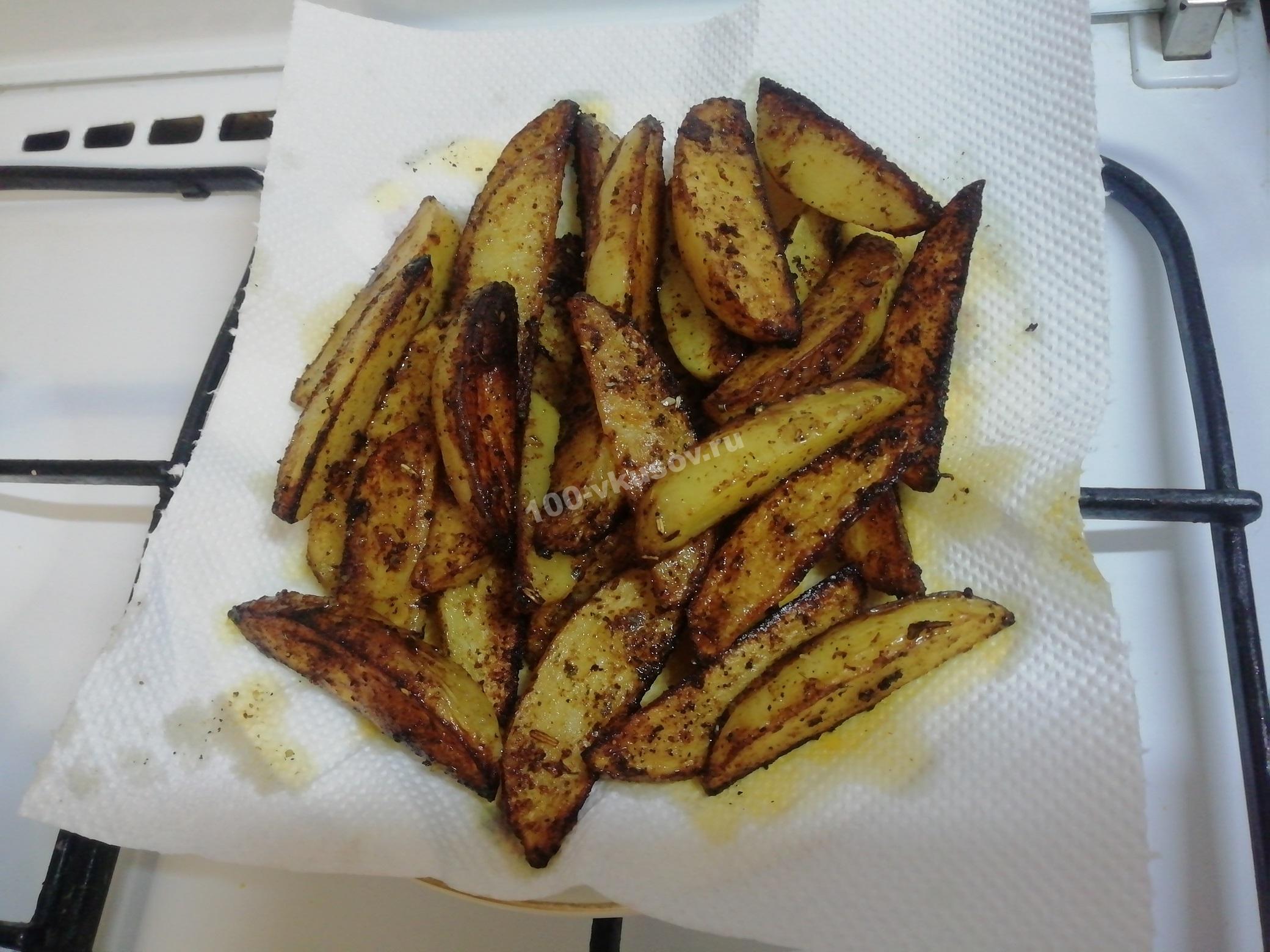Картошка по деревенски на салфетке