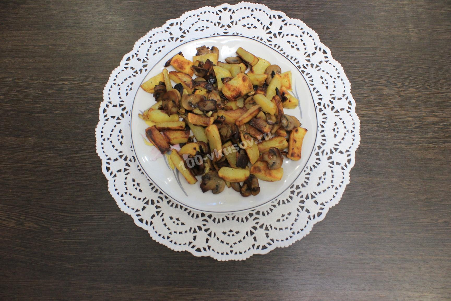 Картошка жареная с шампиньонами и луком