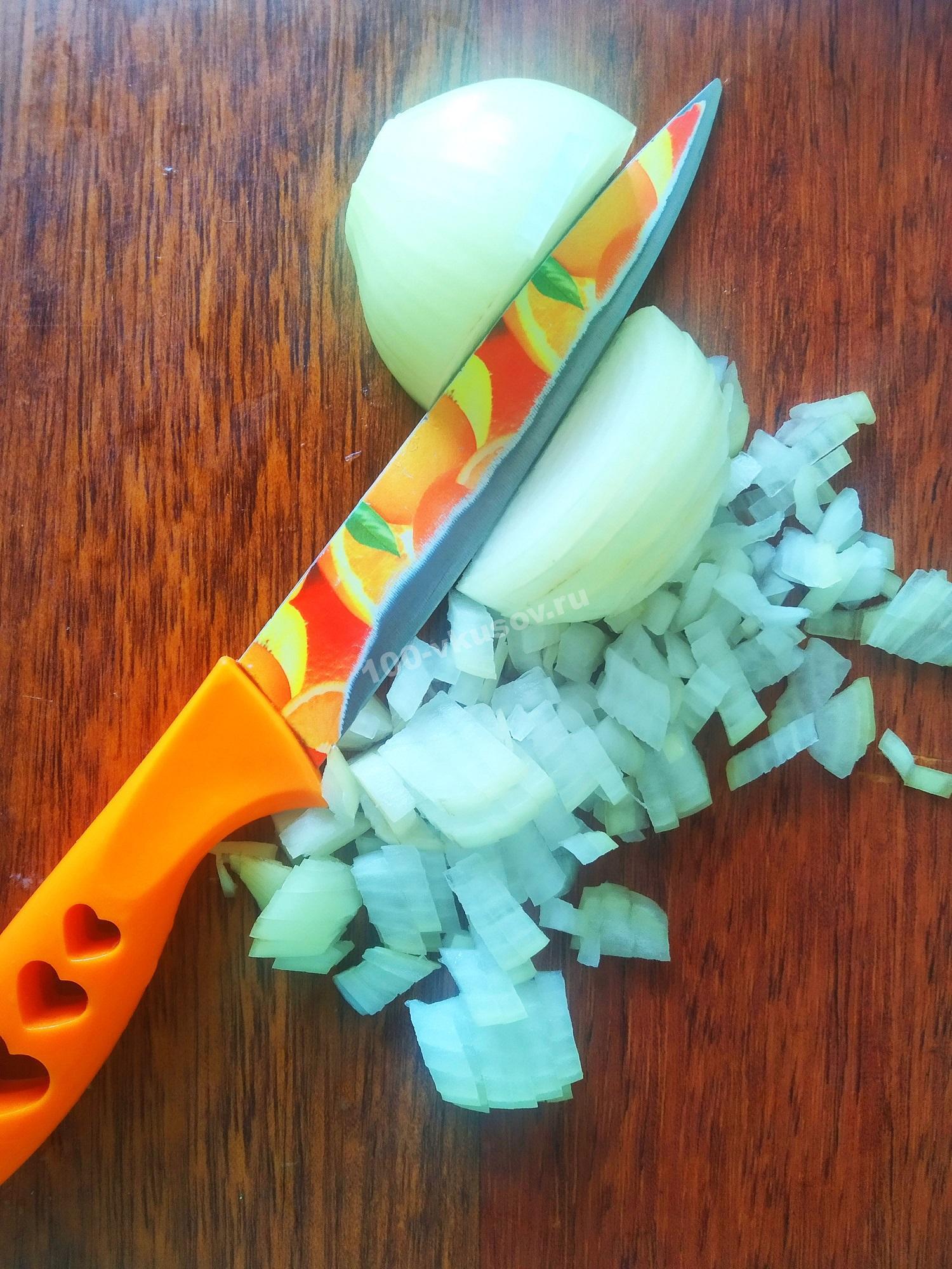 Нарезаем лук для капустных котлет