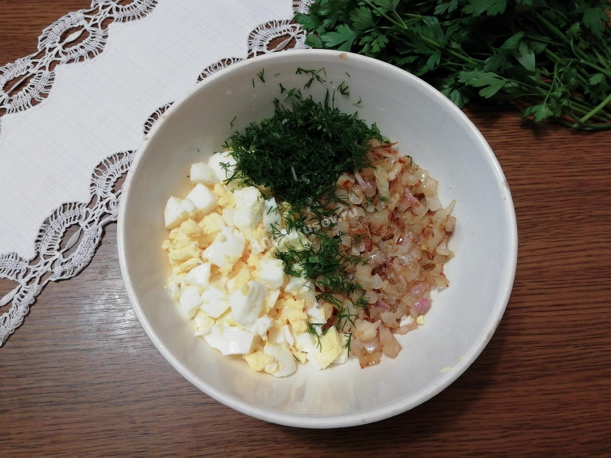 Нарезанные яйца, зелень и лук