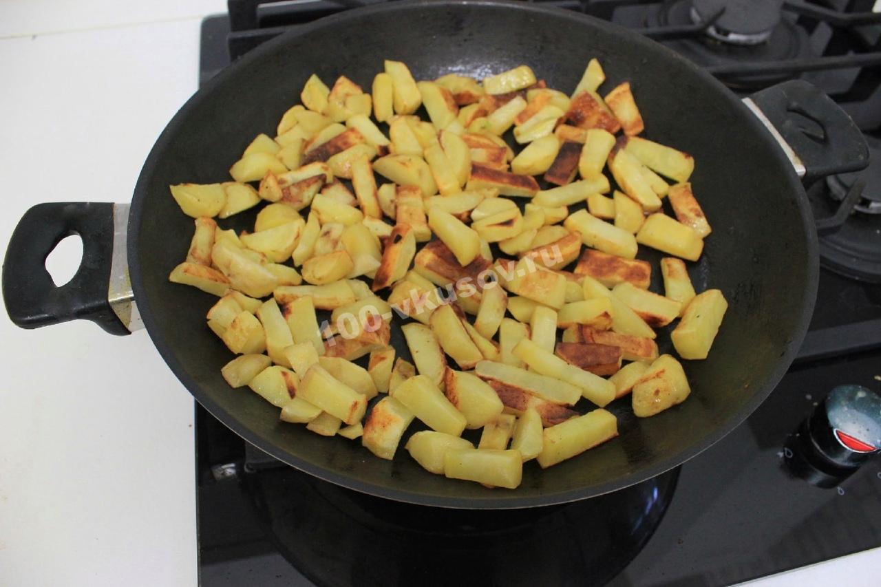Обжаренный картофель на сковороде
