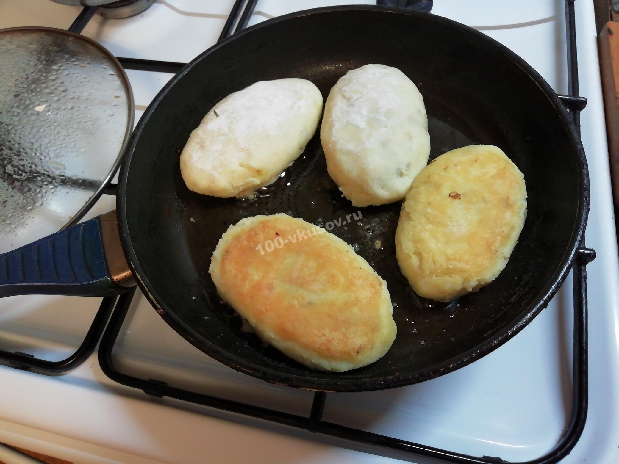 Обжариваем картофельные зразы