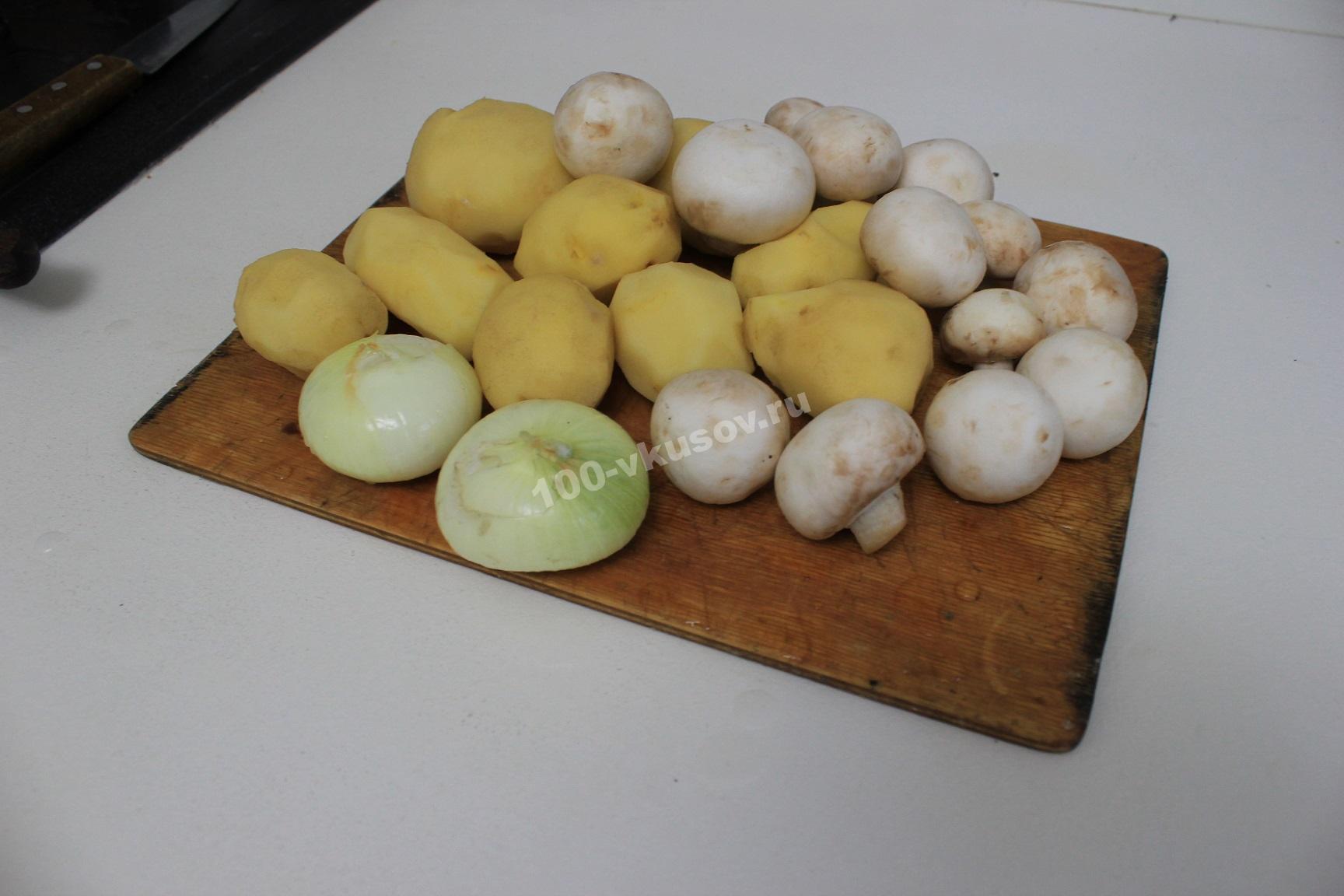 Очищенные лук, картофель и шампиньоны
