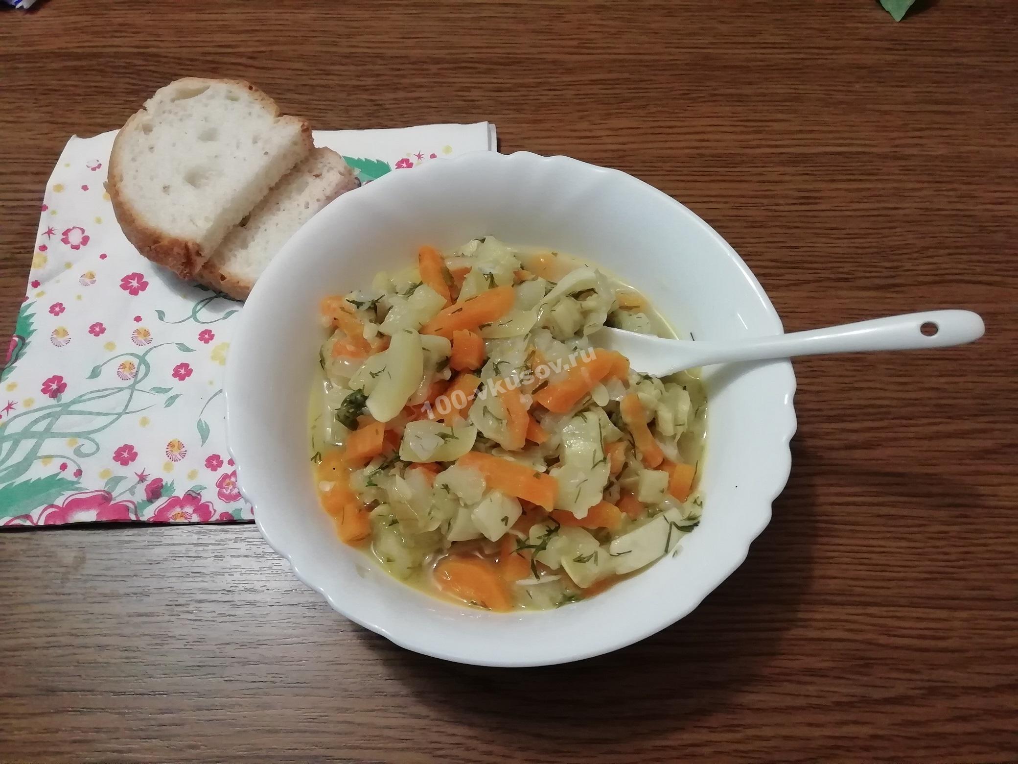 Порция тушеных кабачков с морковью и луком