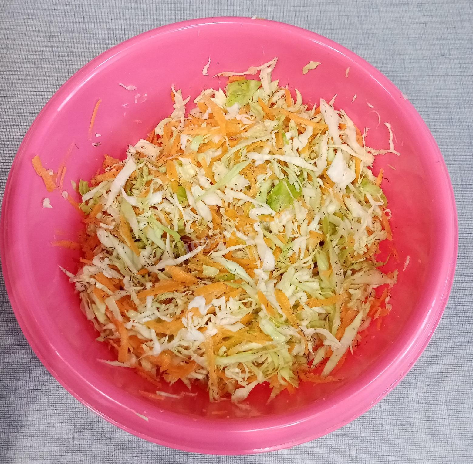 Смешиваем морковь и капусту в миске