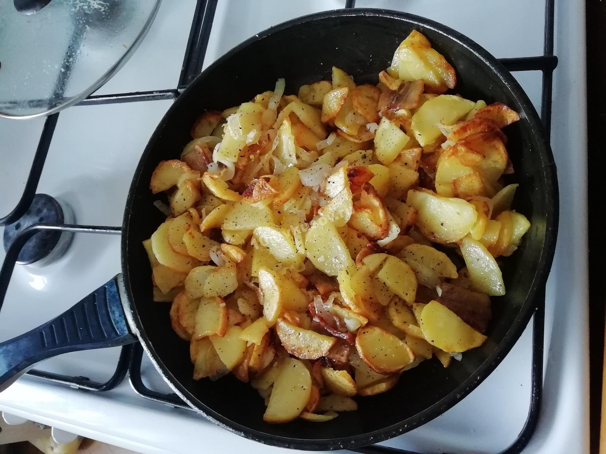 Жареная картошка с салом и луком на сковороде