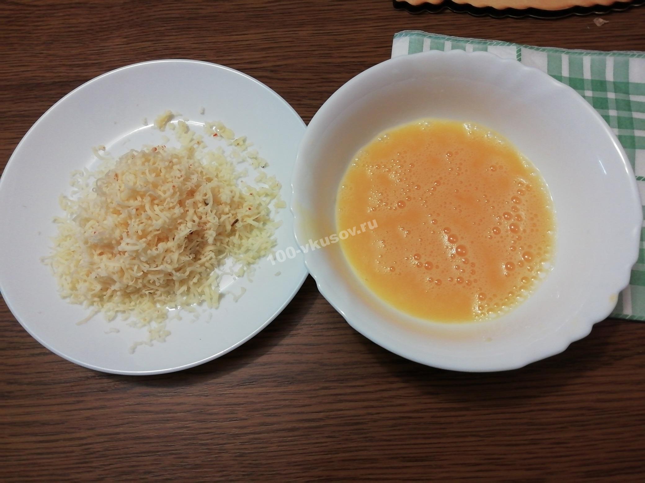 Натертый сыр и яйца