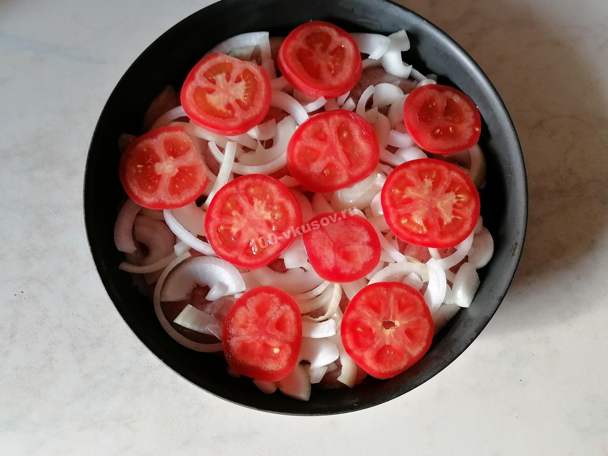 Выкладываем помидоры на лук