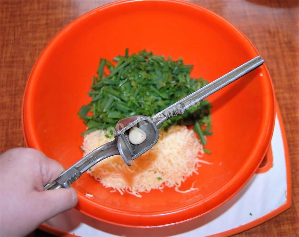 Добавляем чеснок в миску с салатом