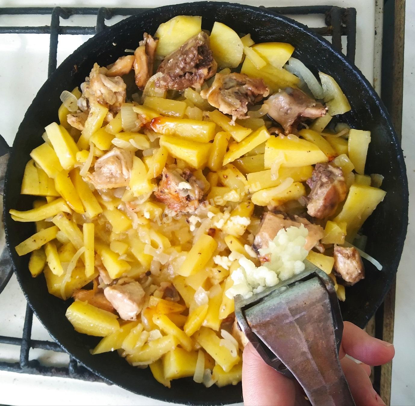 Добавляем чеснок в жареный картофель с курицей