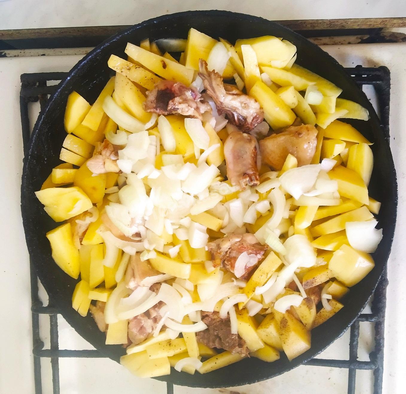 Добавляем лук в картофель с курицей