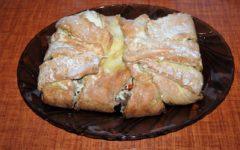 Греческий пирог из слоеного теста с фаршем и сыром