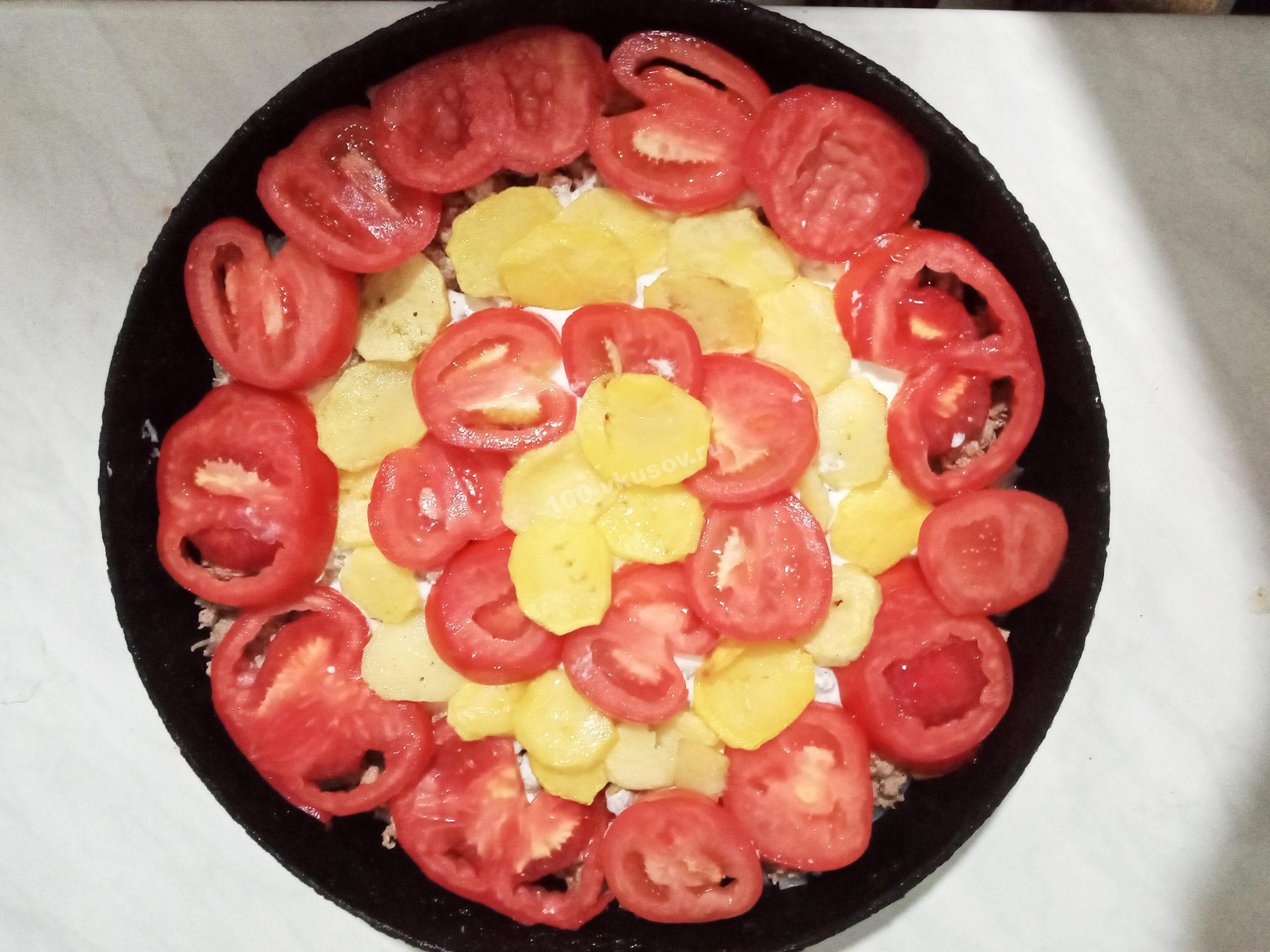 Нарезаем и выкладываем томаты