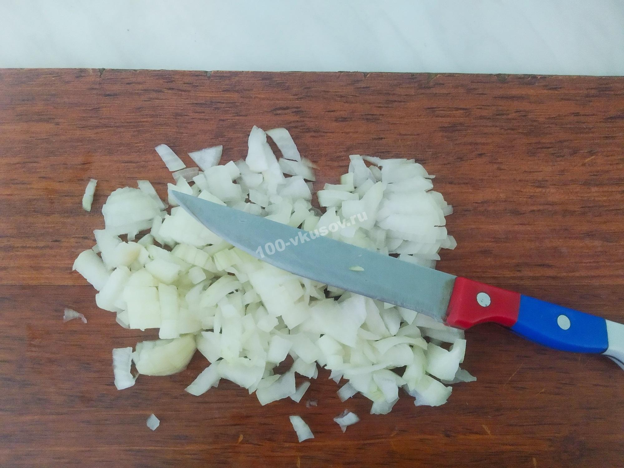 Нарезаем лук для запеканки