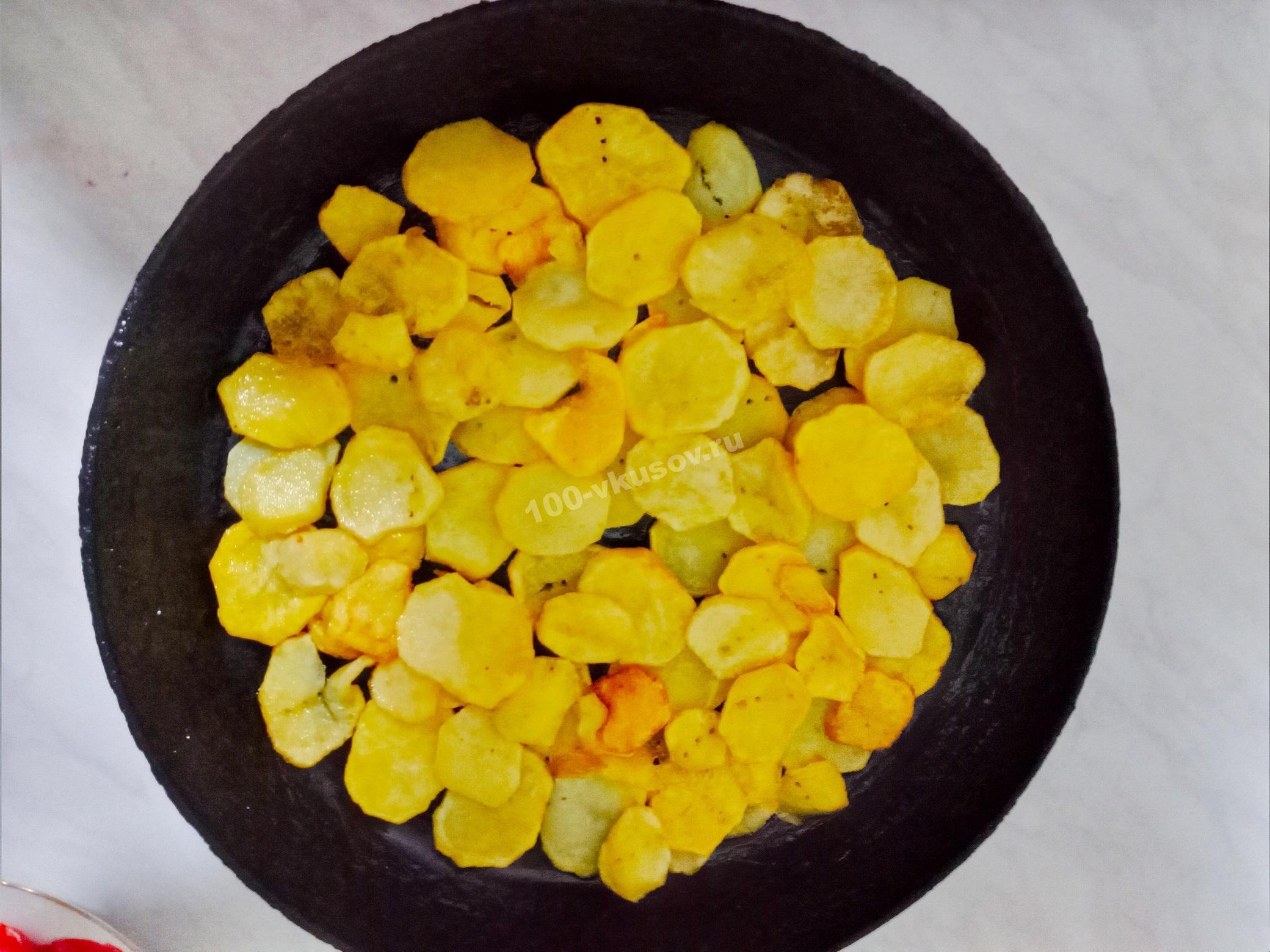 Обжариваем кружочки картофеля