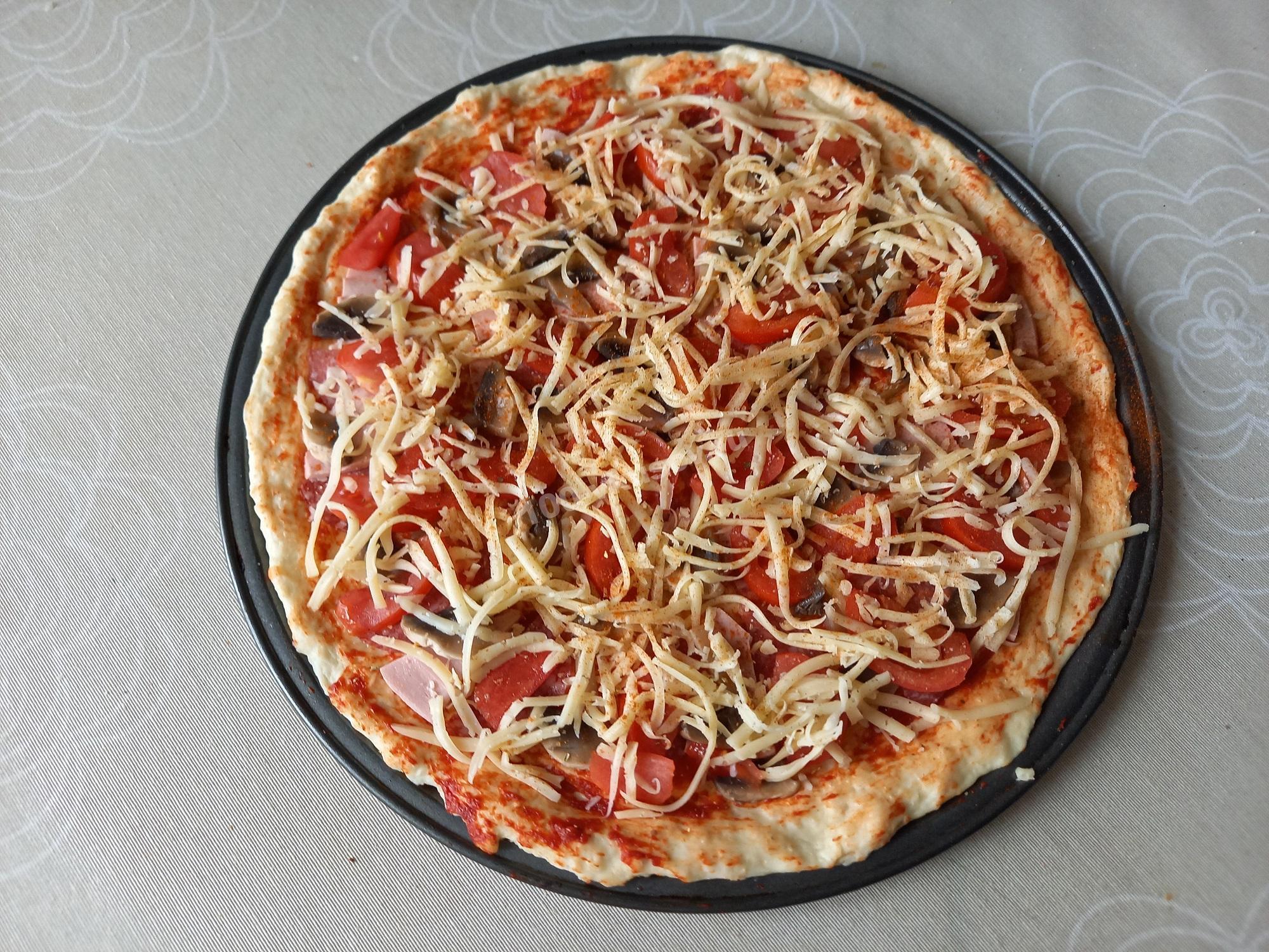 Пицца перед выпечкой