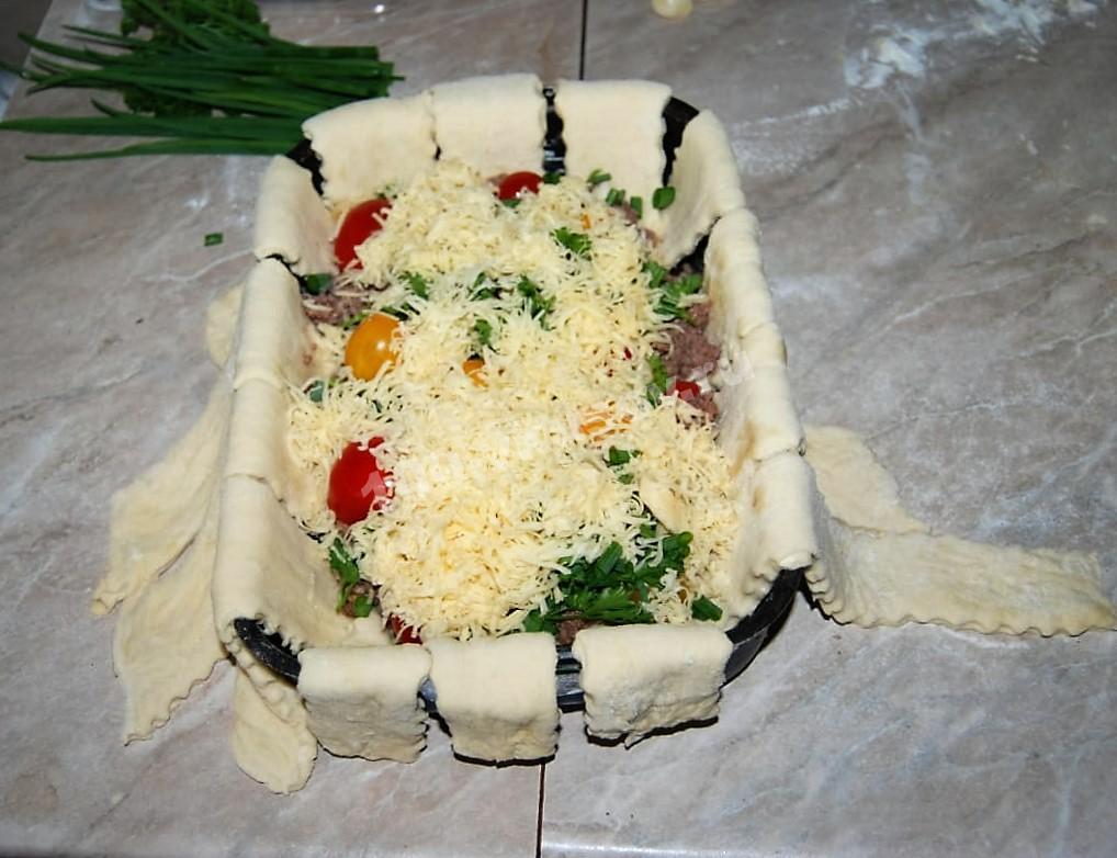 Посыпаем пирог сыром