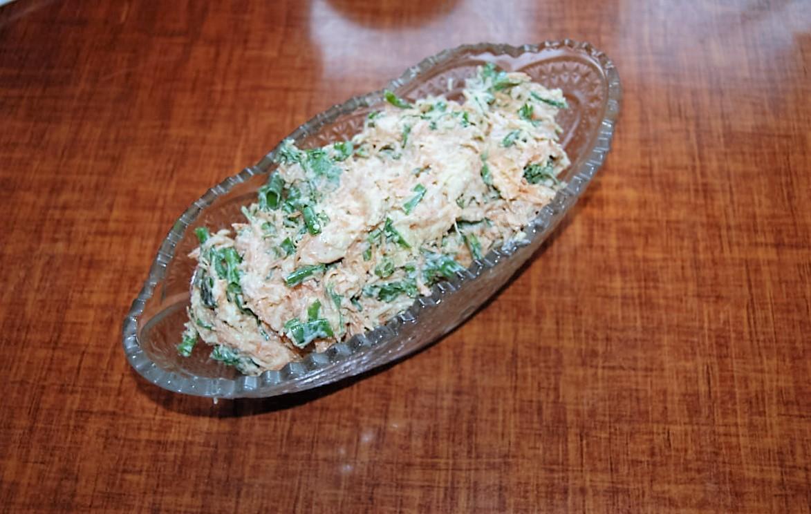 Салат с морковью, сыром и чесноком