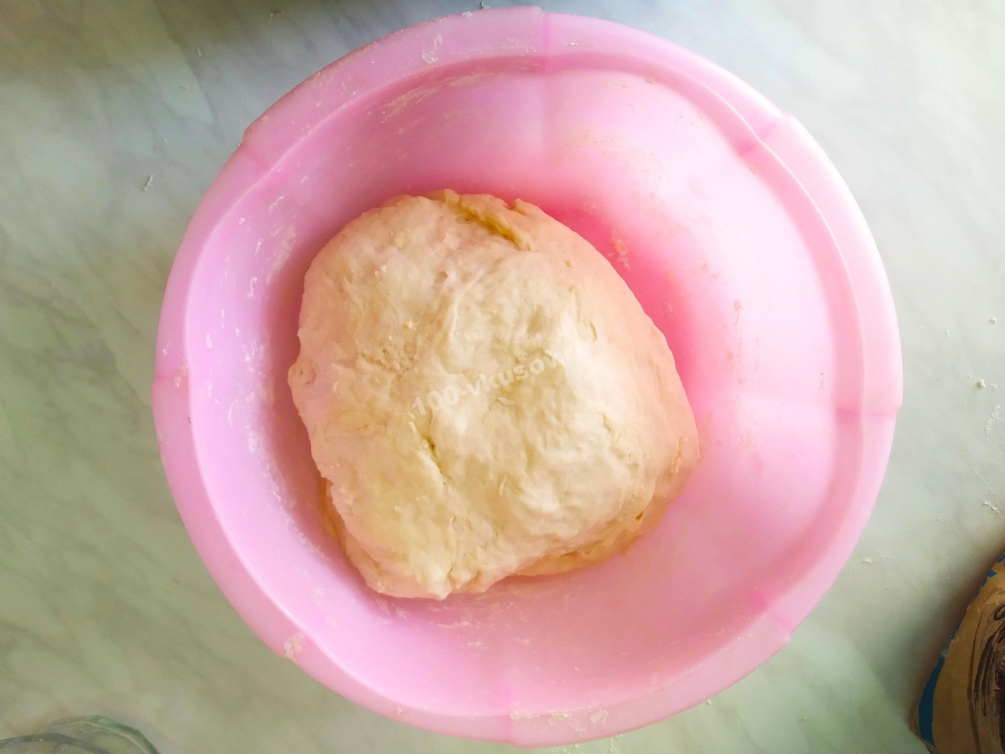 Замешиваем тесто для кулебяки