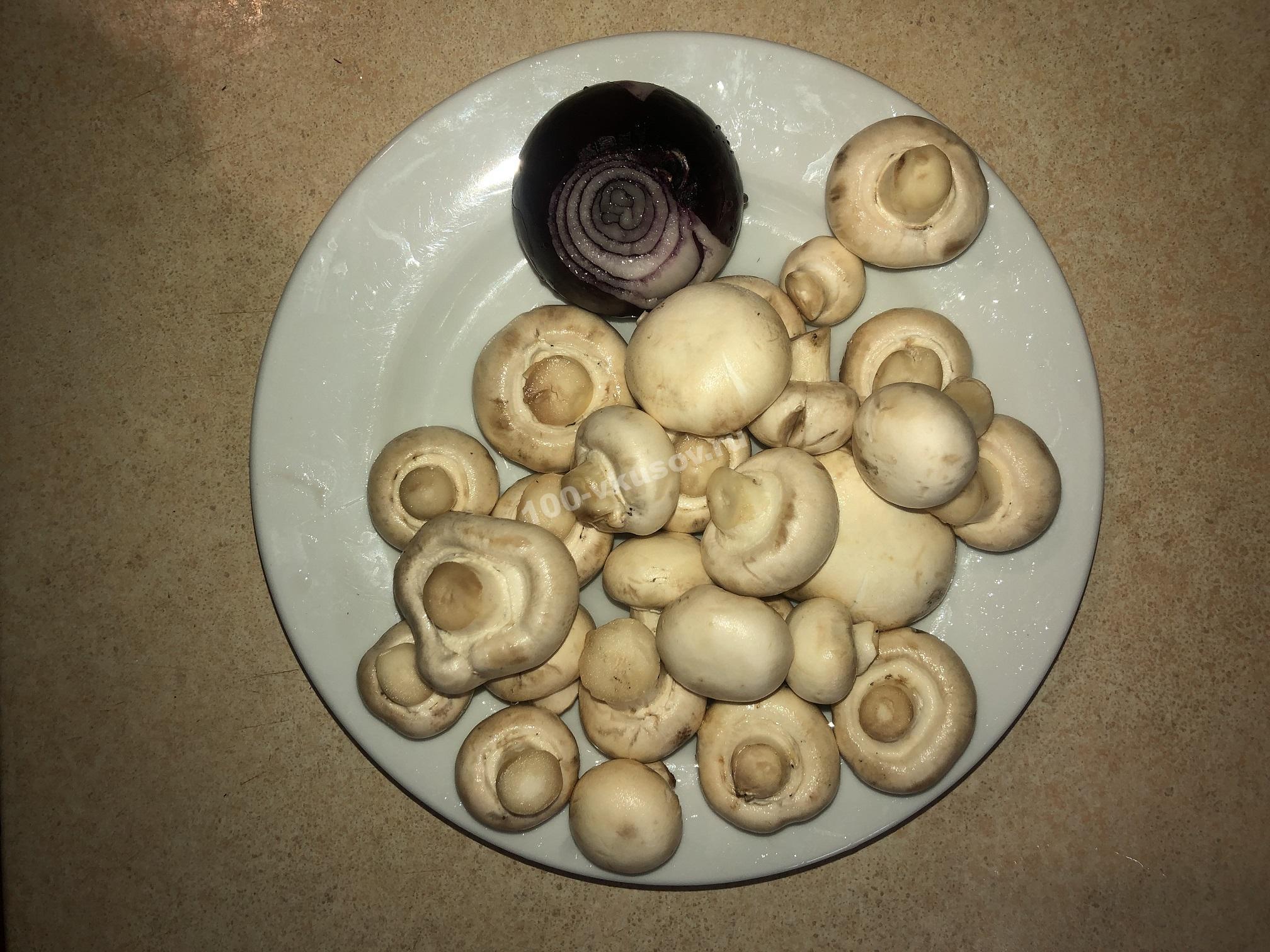 Мытые грибы и лук