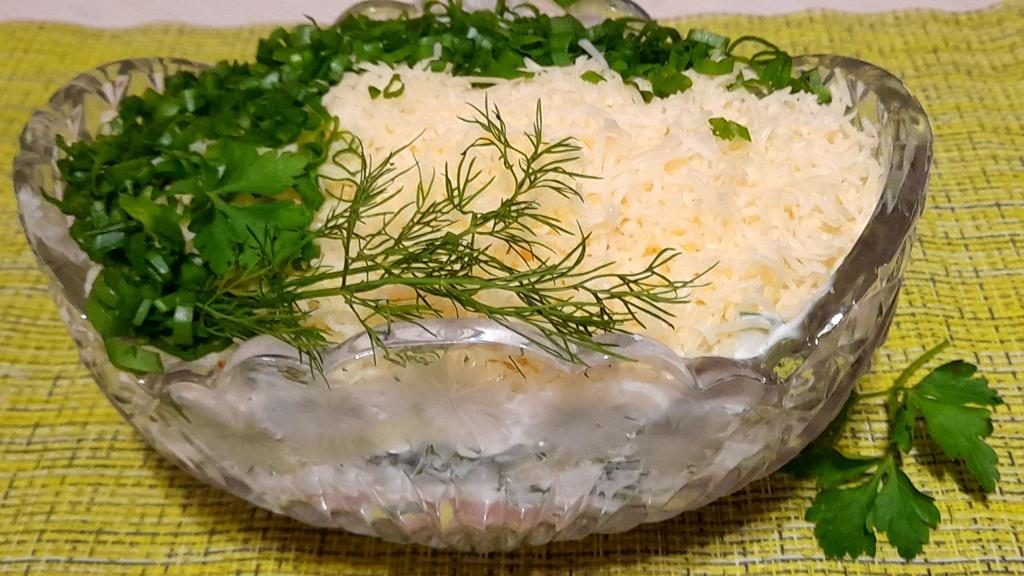 Салат с огурцом, колбасой и сыром