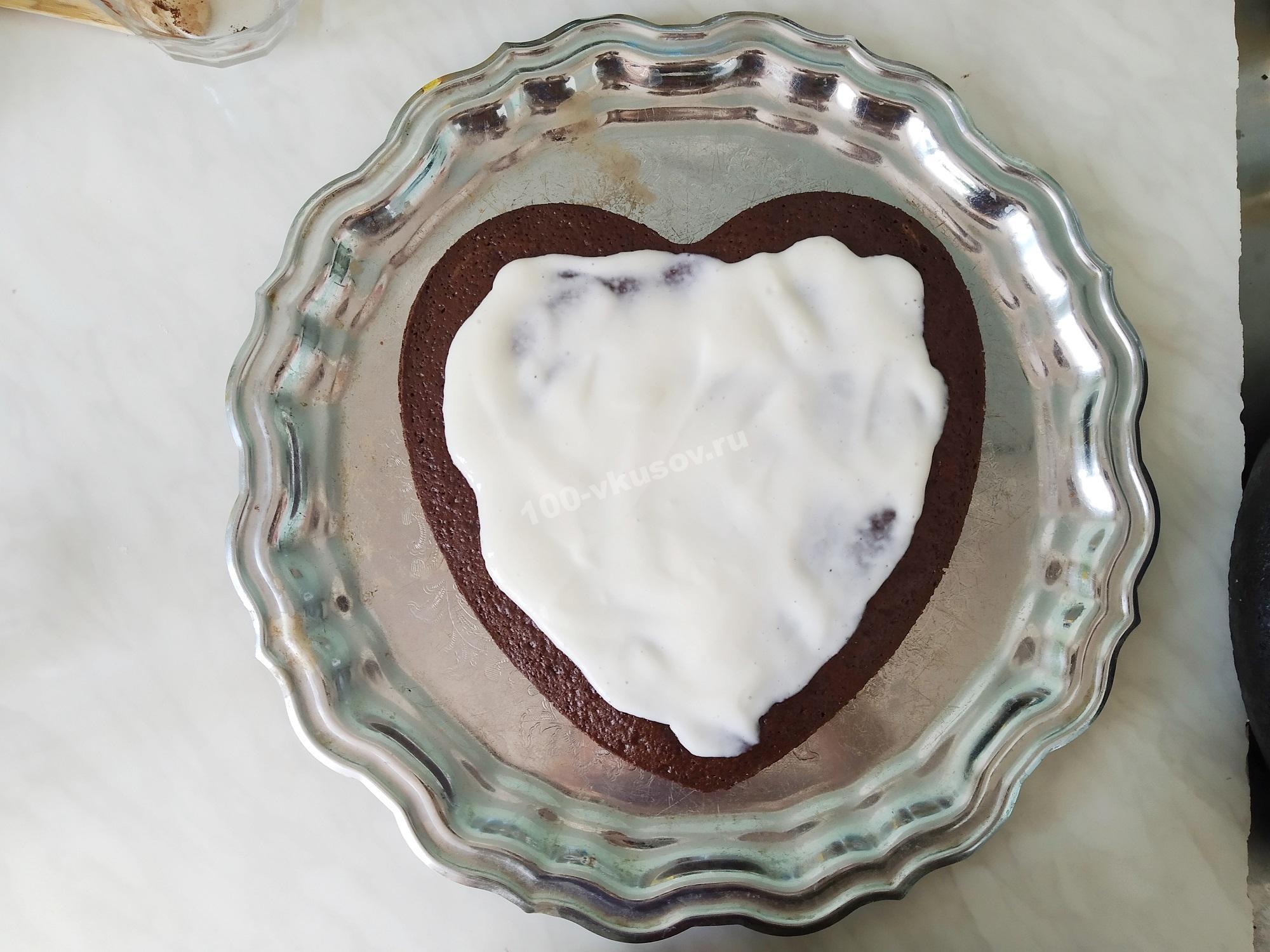 Смазываем шоколадный корж сметанным кремом