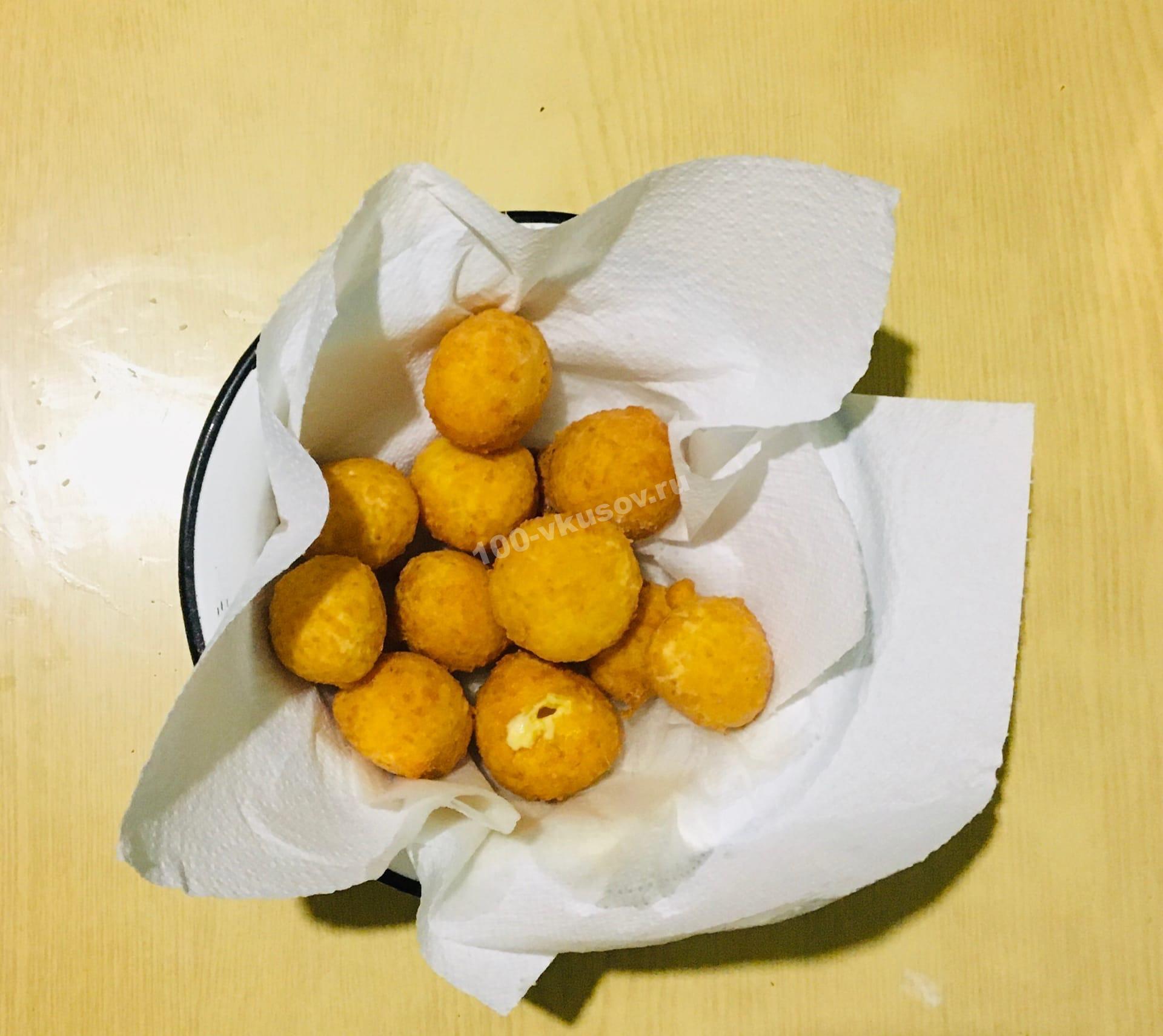 Сырные шарики на салфетке